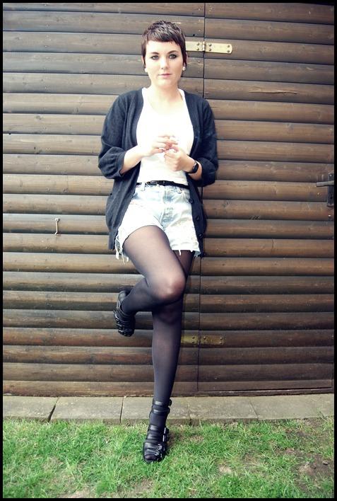 Cardigan, Gürtel, Strumpfhose: Primark//Shirt: Monki//Shorts: UO//Schuhe: Monki//Uhr: Casio//