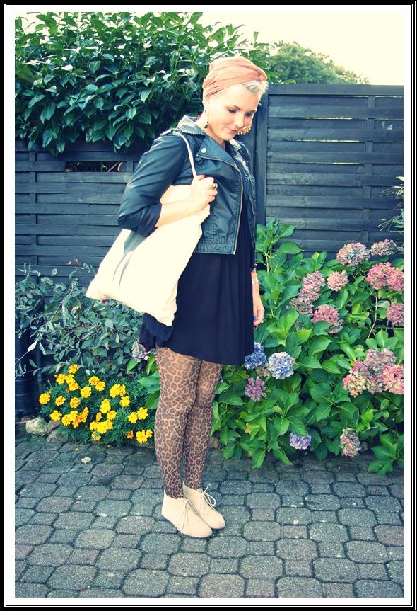 Turban/Tuch: Trödelmarkt//Jacke, Kleid:H&M//Leo- Strumpfhose: Family//Tasche: Weekday//Schuhe: Urban Outfitters//