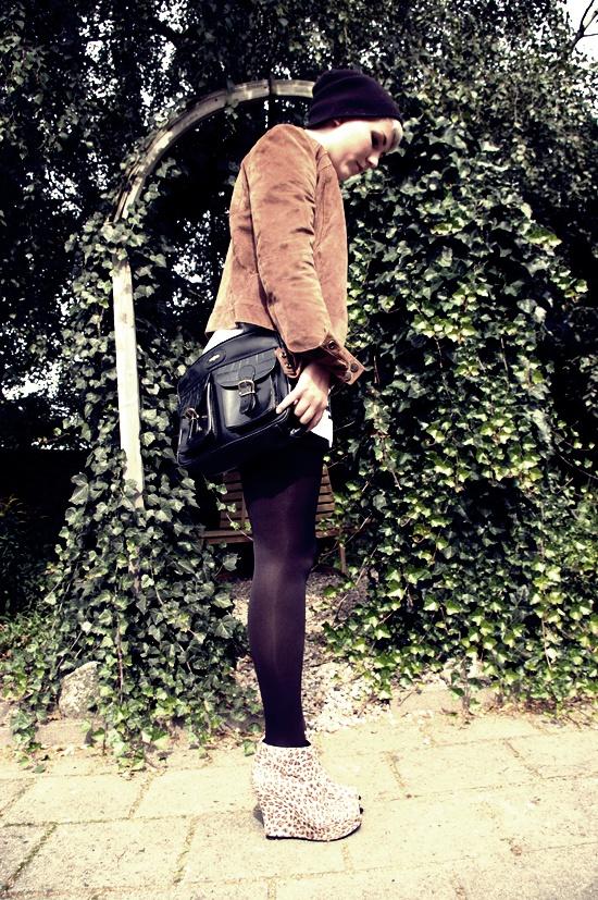 Mütze: Takko//Jacke, Tasche: Flohmarkt//Shirt, Kleid: H&M//Strumpfhose: Family//Schuhe: Nelly//