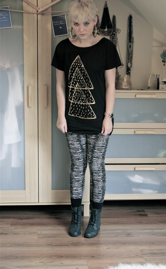 Shirt: Lazy Oaf//Leggings, Ohrringe: H&M//Uhr: Cheapo//Stiefel: Primark//