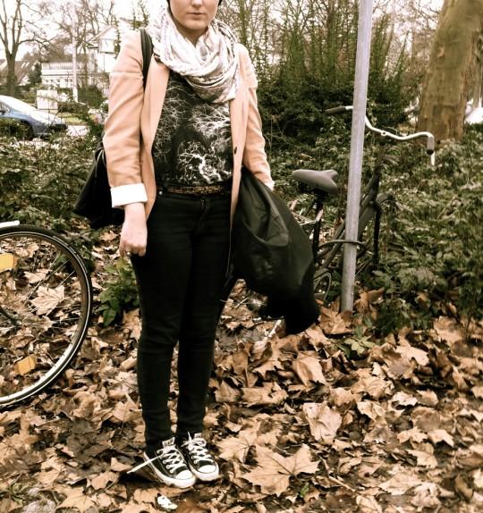 Schal, Gürtel: UO//Blazer: H&M//Top: Weekday//Jeans: Cheap Monday//Tasche: Kauf`dich glücklich//Schuhe: Converse//